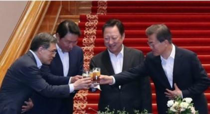 """文 대통령, 권오현 삼성 부회장에게 """"경제성장 이끌어주셔서 아주 감사"""""""