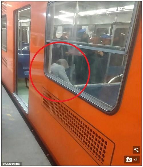숨진 노인 옆에 앉고도…전혀 몰랐던 지하철 승객들