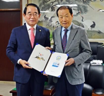 박명재 의원, 국회 헌정회 회원들에게 독도명예주민증 전달
