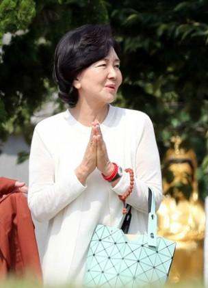 홍라희 부산 해운정사 찾아 남편·아들 위한 불교의식 지내