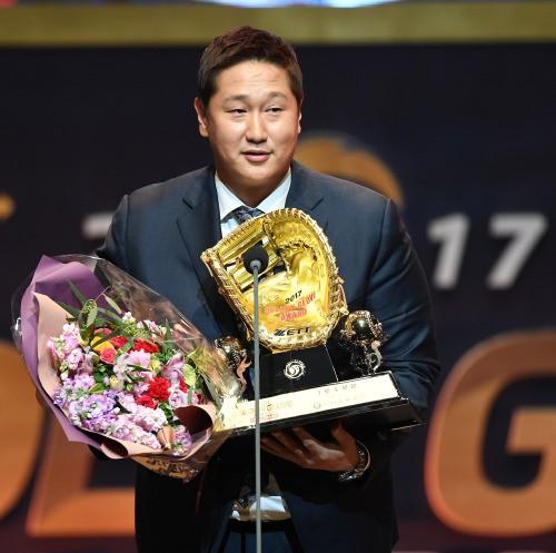 """1루수 GG 수상 이대호 """"한국에 오길 잘 했다"""""""
