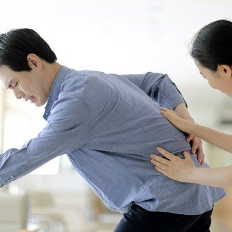 허리아래로 뻐근하다면? 디스크 vs. 척추관협착증