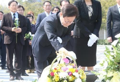 """故 노무현 전 대통령 찾아간 이재명, """"사람 사는 세상 만들겠습니다"""""""