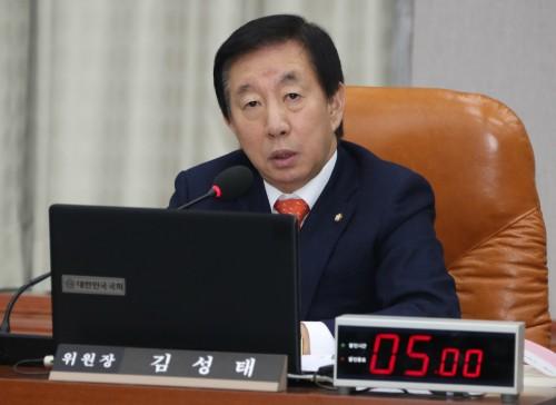 """""""여기는 국회다"""" 임종석 실장 '벌' 세운 김성태 의원 운영위서 """"웃는 분 일어나라"""" 질책"""
