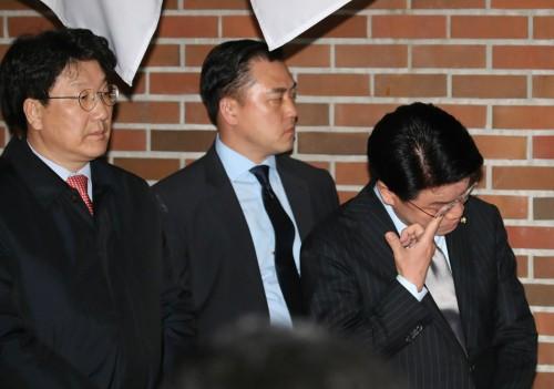 """'구속' MB 배웅한 장제원 의원 페이스북에 """"눈물이 자꾸 흐른다. 이 순간 결코 잊지 않겠다"""""""