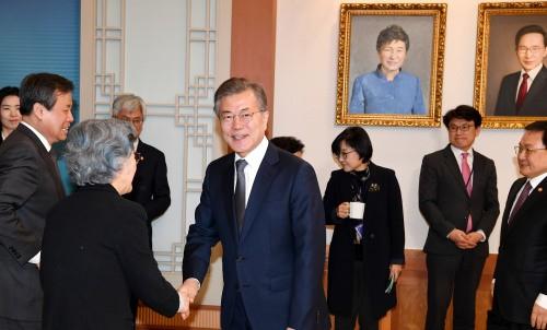 문재인 대통령 뒤로 보이는 박근혜· 이명박 전 대통령