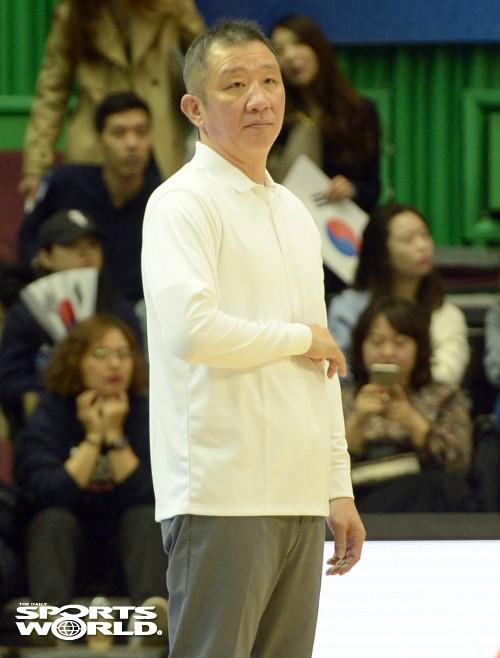 코트 바라보는 허재 국가대표팀 감독