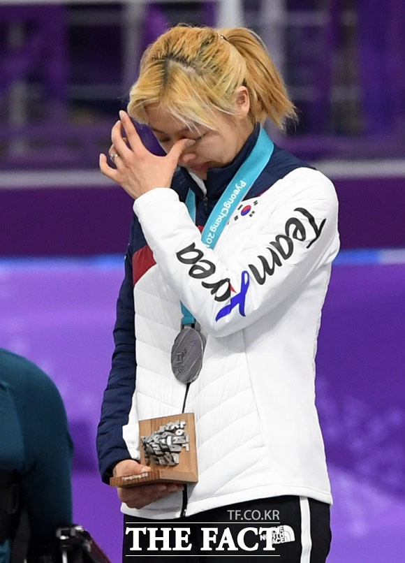 눈물 닦고 어두운 표정의 김보름, '이젠 웃어도 괜찮아'