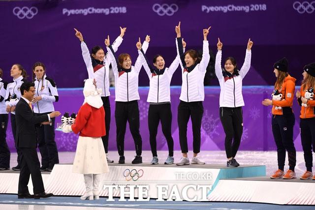 '심석희가 웃었다!' 여자 3000m 계주팀, '즐거운 金잔치'