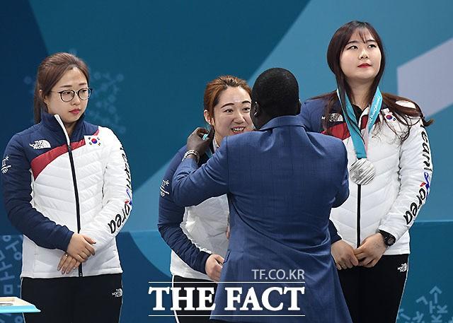 은메달 받는 '영미' 김영미