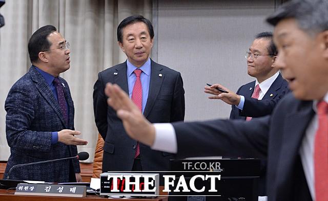 """""""경호원 부르겠다"""" vs """"불러라""""… 난장판 된 국회 운영위"""