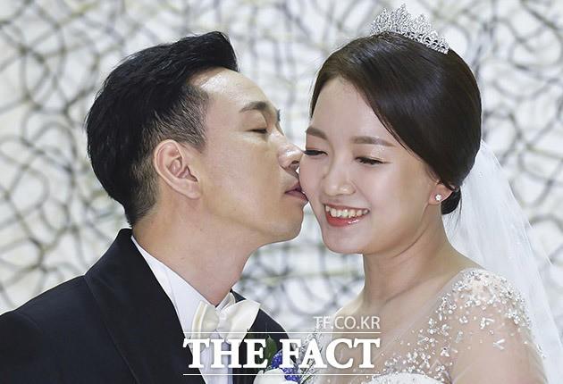 심재욱, '새신랑의 수줍은 입맞춤'