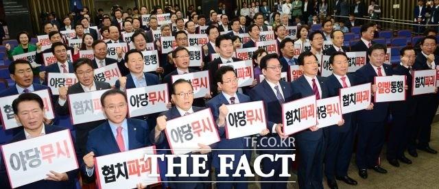"""자유한국당 5행시 논란 가열! 자유한국당 """"경품 수 늘린다"""""""
