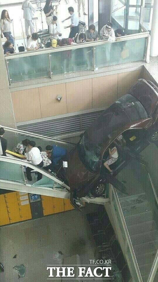 """일산백병원 차량 돌진, 8명 부상!…경찰 """"깁스 채로 운전"""""""