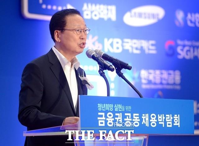 """""""감독은 안 하고 비리만""""…최흥식 금감원장 행보 주목"""
