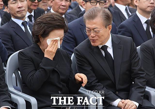 권양숙 여사 위로하는 문재인 대통령
