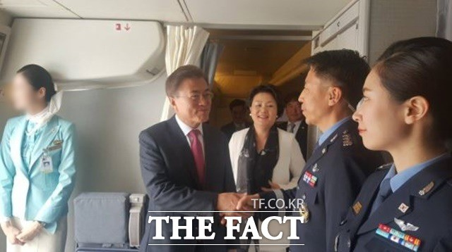 """""""文대통령-여사님, 공군1호기 기장입니다"""""""
