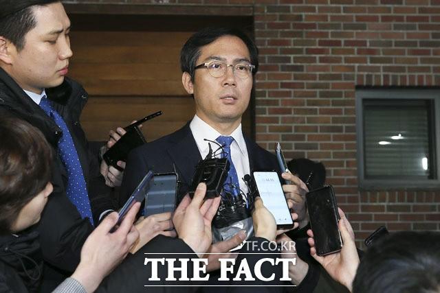 이명박 예방 후 자택 나선 김영우 의원