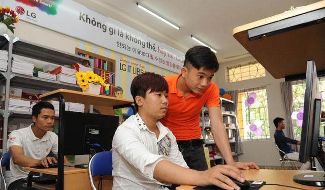 """""""인재 직접 챙긴다"""" LG전자, 베트남 직업학교에"""