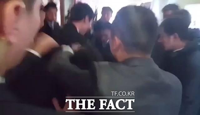 <속보>文대통령 방중 취재기자, 중국 경호원에 '집단 폭행' 당해