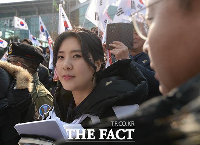 '오늘은 어떤 돌직구를?'…태극기 집회 현장 찾은 강유미