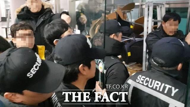 총신대, 또 용역 동원해 '총장 반대' 학생들 제압 시도 (영상)