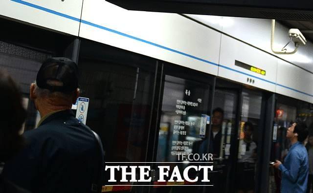 세류역 화재로 1호선 상·하행 운행 지연…스크린도어 부품서 발생