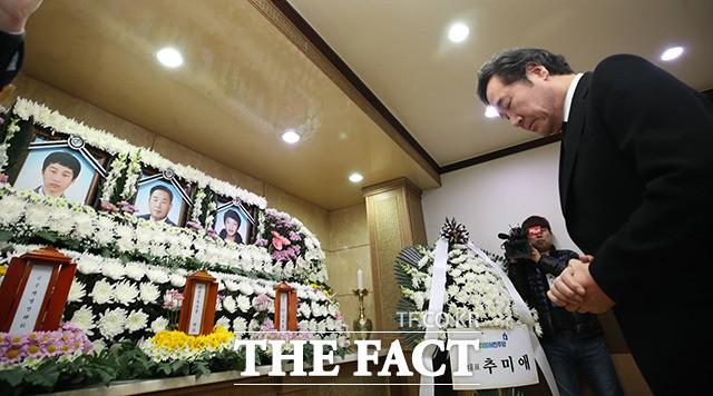 세월호 미수습자 영정앞에서 두손 모은 이낙연 총리