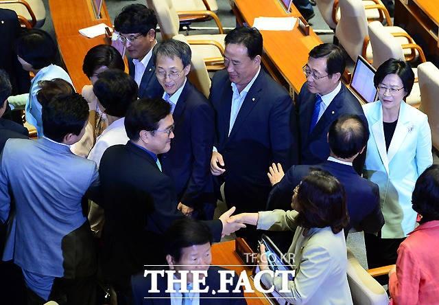 '김명수 가결'… 김이수 부결 때와 정반대된 풍경