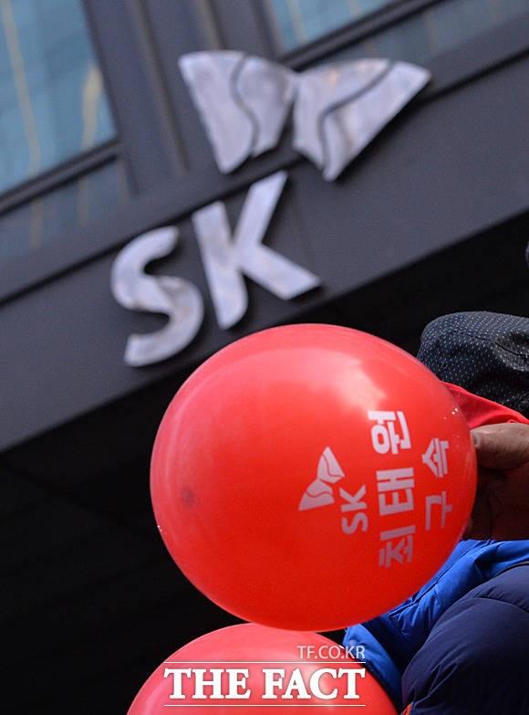 SK 앞에서 '빨간 풍선 든 건설노조'