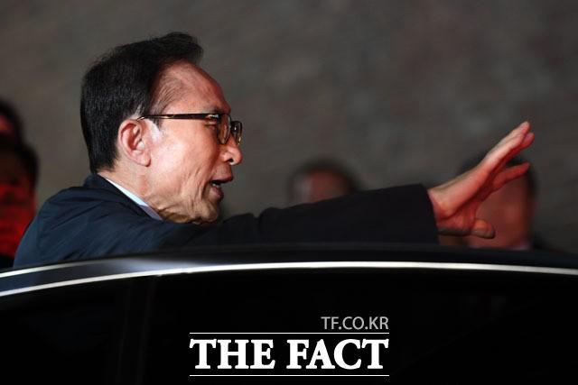 이명박 구속영장 발부, '손 흔들며 구치소행'