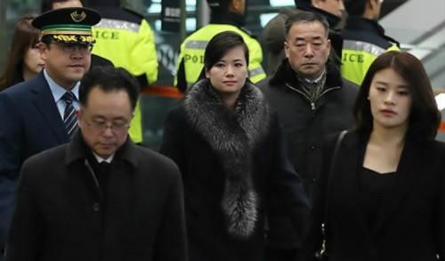 현송월 22일 오전 강릉서 서울로, 쏟아지는 질문에 말없이 가볍게 손만