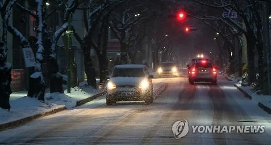 아침까지 전국 곳곳 눈…미세먼지 농도 '나쁨'