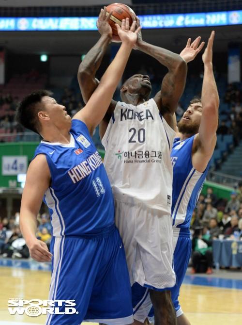 라틀리프 밀착 수비하는 홍콩 선수들