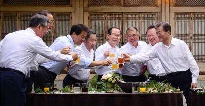 """문 대통령 만난 기업인들, 한목소리로 """"일자리 창출·상생"""" 약속"""