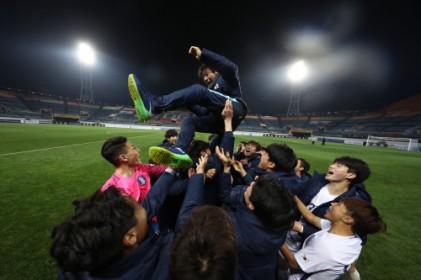 눈물로 21명 아들 품은 신태용, 한국 축구사 쓴다