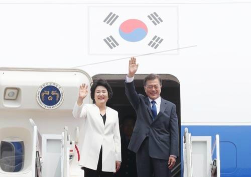 b110c6bd206 국정농단'주역 최순실씨가 박근혜 전 대통령의 해외순방시 의상을 제작했던 것에 이어 문재인 대통령의 부인 김정숙 여사 의상도 관심을 끌고  있다.