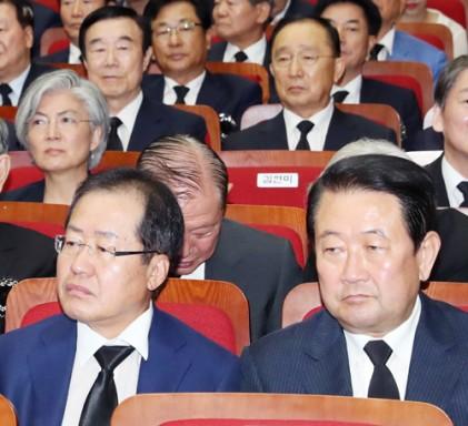 """홍준표 """"朴 출당 쉬쉬 할 수 없어… 공론화를"""""""
