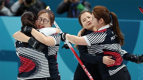 한국 여자 컬링, 6점 차 뒤집으며 러시아에 극적승