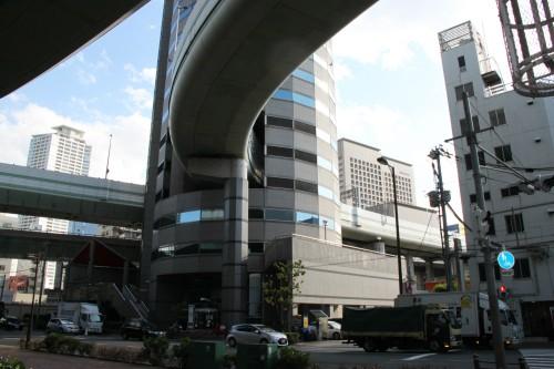 고속도로 관통하는 빌딩… 오사카 명물로