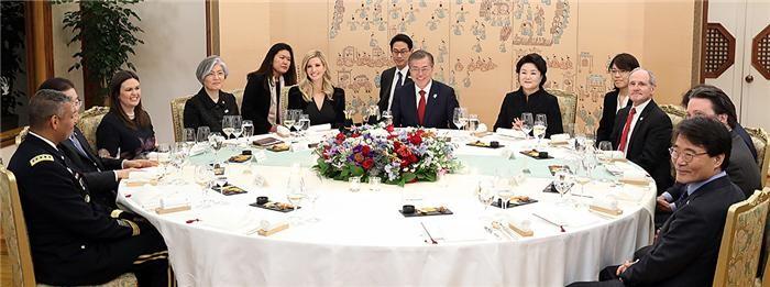 """문 대통령, 이방카 만나 """"비핵화대화·남북대화, 별도로 갈 수 없어"""""""