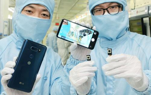 수술실보다 깨끗한 '10존 클린룸'서 DSLR 수준 스마트폰 카메라 구현