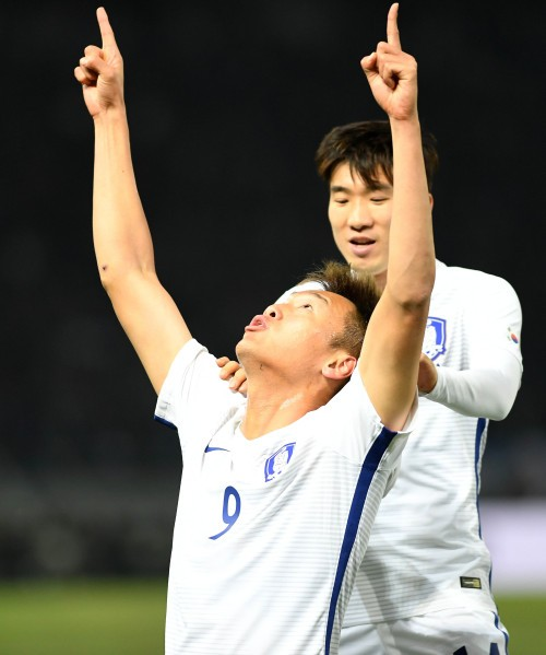 김신욱 '머리로 다리로'… 신태용 감독 '눈도장'