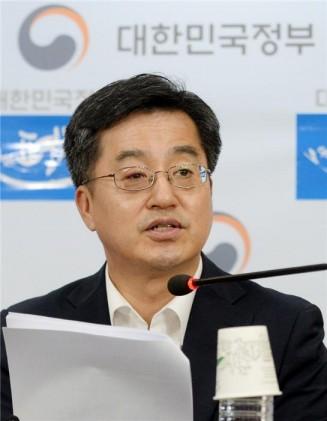 """김동연 """"최저임금 인상으로 일자리 감소하지 않게 신경써야"""""""