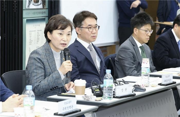 김현미 장관, 재건축 연한 상향 여지 남겨