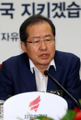 """홍준표 """"文대통령 80%지지율 못 믿어""""… 관제 여론조사 비판"""
