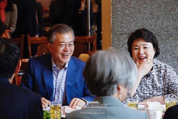 """문재인 쌀국수 """"혼밥, 아닙니다"""""""