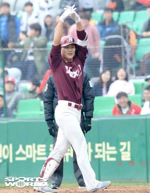넥센 김하성, 3-3 동점 안타 친 뒤 '원팀' 세리머니