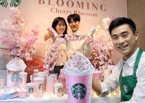 분홍빛 벚꽃에 물든 스타벅스를 경험해 보세요!