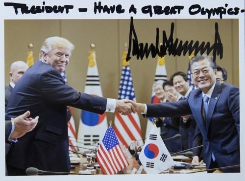 트럼프, 방한기간 문 대통령과 찍은 사진 靑에 보내와